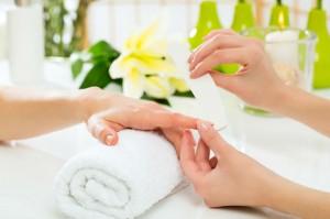 Avant la pose du vernis, une bonne manucure est importante pour préparer vos ongles.